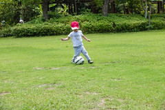 BM7Q4062.jpg (Idiot frog) Tags: trees boy cute adam green grass leaves yard canon ball eos restaurant kid child soccer taiwan     playball               1dx newtaipei