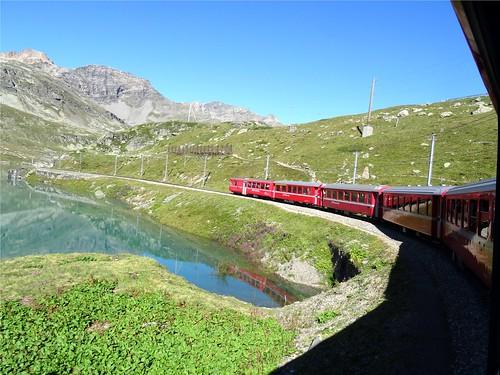 Bernina-Expres am Lago Bianco, NGIDn1927316801