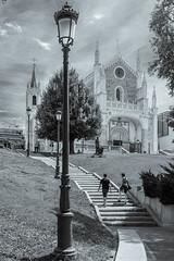 _DSF1910 (Antonio Balsera) Tags: madrid bw espaa gente catedral bn paseo escaleras comunidaddemadrid losjernimos