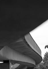 Unter der Fugngerbrcke (5 BW) (Rdiger Stehn) Tags: bw deutschland europa stadt architektur monochrom brcke bauwerk kiel schleswigholstein norddeutschland mitteleuropa 2015 profanbau 2000er fusgngerbrcke canoneos550d kieldsternbrook dsternbrookerweg