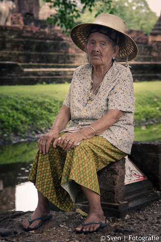 Oma houdt de wacht bij Wat Mahathat