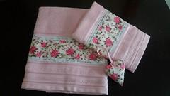 Jogo de toalhas com sache. (Cleide Patch e Afins) Tags: patchwork chinelo toalhas bandô vaquinha peso de porta necessaire toalhadeboca