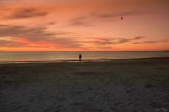 Caminando al atardecer. (Ariel NZ) Tags: piria2020 tarde sol puesta cielo caminar playa arena piriapolis uruguay pareja naranja