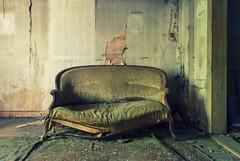 Die Brandung im Sturm der Begeisterung (tonal decay) Tags: broken duty couch sofa heavy putt