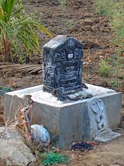 Autel au dieu Naga dans la campagne du Karnataka (Inde)
