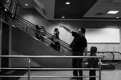 Paralelas (Clriston Martinelo) Tags: street blackandwhite branco de photography aeroporto preto e escada rua fotografia paralelas rolante paiefilho