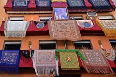 Balcones de Santa Angela (Retratista de paisajes y paisanajes) Tags: españa sevilla andalucia banderolas guirnaldas mantones virgenesperanzamacarena calleparras
