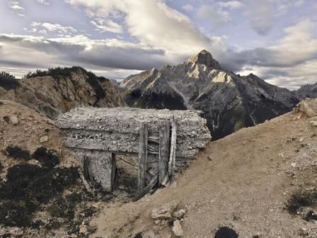 """Monte Cristallo, Postazione italiana sulla cresta """"Zurlon"""" verso la Croda Rossa d'Ampezzo"""