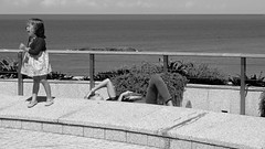 Sueo o jaqueca?/Sleep or headache? (Joe Lomas) Tags: street leica urban france calle candid m8 reality streetphoto urbano francia biarritz urbanphoto realidad callejero robado robados realphoto fotourbana fotoenlacalle fotoreal photostakenwithaleica leicaphoto