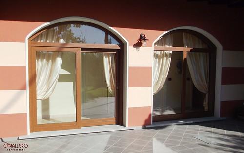 Alzanti scorrevoli legno-alluminio con sopraluce ad arco