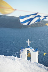 La iglesia de Oia (Gervasio Varela) Tags: flag chruch santorini greece grecia bandera iglesias oia thira