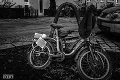 ausgemustert (w.ikert) Tags: bearbeitet schwarzweis fahrrad byke