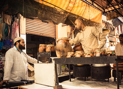 Takeaway (Lou Rouge) Tags: street food men kitchen market comida streetphotography pot cocina mercado marrakech delivery souk takeaway comer trade marruecos marroc venta hombres comercio zoco traditionalfood ollas crockpots comidapreparada