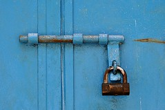 Prigioni celesti (StellaDeLMattino) Tags: door blue light italy nikon colours turquoise azure sigma porta bolt puglia latch 70300 catenaccio chiavistello d5000 vicodelgargano slidinglock latchchain