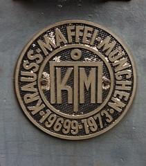 1973 Herstellerschild an dieselhydraulischer Rangierlok BEHALA 3 Typ M700C von Krauss-Maffei Werk-Nr. 19699 bei BEHALA Westhafenstraße in 13353 Berlin-Moabit (Bergfels) Tags: bergfels technischesdenkmal lokbilder lokomotive maschine grosemaschine schienenfahrzeug 1973 dieselhydraulisch rangierlok behala3 m700c kraussmaffei werknr 19699 behala westhafenstrase westhafen 13353 berlin moabit 1970er 20jh brd beschriftet hafenbahn westberlin normalspur masse leistung lüp achsfolge dreiachsig dieselengine dieselmotor diesellocomotive diesellokomotive diesellok herstellerzeichen typenschild