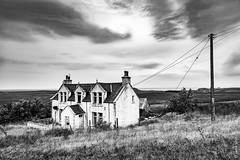 Urban house Scotland (Henk Verheyen) Tags: isleofskye kilmuir schotland bw blackwhite buiten fotoreis herfst house huis outside urban zww zwartwit scotland england
