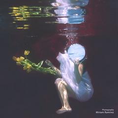 28-52 Bajo el agua/Underwater (Ymim) Tags: color blanco rojo agua pentax bajo amarillo espejo soledad miedo vestido aracena teleidoscope flickrclickx