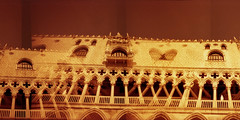 Doges Palace Blender (pho-Tony) Tags: venice red orange analog 35mm lens 1 lomography iso400 ishootfilm vista blender analogue halfframe fullframe agfa ultrawide blend lcw poundland 17mm ultrawideangle superwide redscale redscaled lcwide lomolcw lomolcwide minigon17mm minigon
