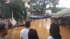 เวลา 13.30 บริเวณใต้สะพานข้ามด่านแม่สาย ตลาดสายลมจอย น้ำท่วม 6-9-2557