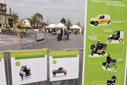 La poste de Seine-Saint-Denis est venu présenter et faire essayer les vélos des facteurs et une voiture électrique