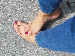 Quinn (IPMT) Tags: toenail sexy toes polish foot feet pedicure painted toenails pedi zoya barefoot barefeet rojo red creme vermelho descalza warm rich redberry slight purple undertones glossy crème finish azul blue jeans quinn