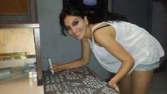 Angy y sus compañeros de HNMPL subastan #lamesadehnmpl firmada por todos