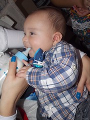 Risonho como sempre. (Bruna cs) Tags: blue boy baby beautiful smile azul arthur milk bottle nikon child lindo cs bebê sorriso criança breastfeeding bruna menino carvalho mamadeira leite mamando brunacs