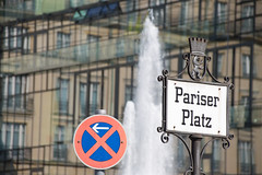 Pariser Platz (Wydec) Tags: berlin wasser platz haus schild stadt pariser fontne