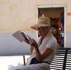 Assorta nella lettura (Leandro.C) Tags: libro persone leandro cappello occhiali turista panchina ceruti