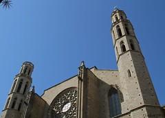 Sta. Maria del Mar y su estrella // Sta Mara del Mar and its star. (Nordwest700) Tags: barcelona blue windows azul canon edificios bcn edificio ventanas cielo 7d urbana perspectiva nordwest700