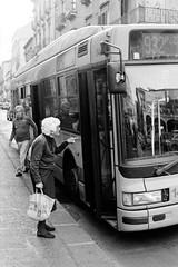 (Daniel Galois) Tags: old grandma woman white black bus kodak tmax olympus stop sicily 20 om 18 50 palermo zuiko catania om20 tmx400