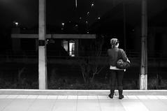 Uma foto casual (renanluna) Tags: light blackandwhite woman luz station mobile brasil night fuji shadows br sopaulo mulher sp finepix contraste celular noite fujifilm 55 pretoebranco sombras monocromia 011 estao contrat 23mm renanluna fujifilmfinepixx100