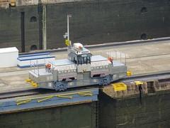 Locomotiefjes trekken de boten vooruit in de sluizen