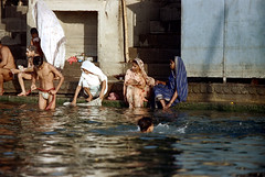 22-865 (ndpa / s. lundeen, archivist) Tags: people india color men film swimming swim 35mm river 22 women indian nick steps wash varanasi bathe watersedge bathing 1970s riverbank kashi washing loincloth allrightsreserved ganga ganges ghats banaras benares ghat dewolf riversedge uttarpradesh northernindia nickdewolf photographbynickdewolf langot reel22 thenickdewolffoundation imageuserequestsarewelcomeviaflickrmailornickdewolfphotoarchiveatgmaildotcom