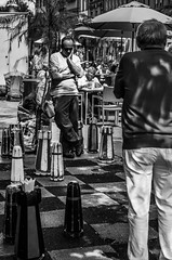 A game of chess (maracado_1) Tags: street city bw white black contrast lunch schweiz switzerland blackwhite market strasse chess citylife streetphotography duell stadt thinking duel bern bundeshaus noon pause markt schwarzweiss weiss schwarz lunchbreak mittag mittagspause schach stadtleben strassen bundesplatz zytglogge nachdenklich bärenplatz citychess strassenfotografie