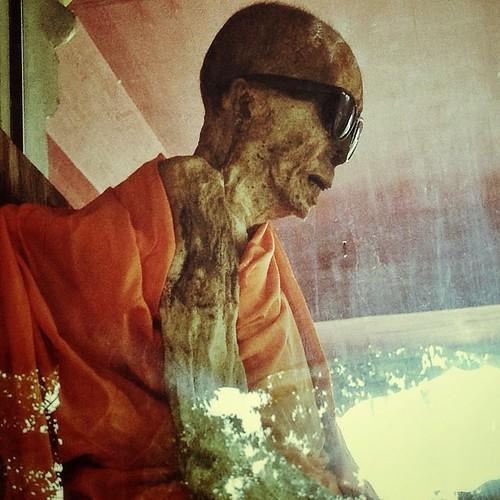История монаха Луанг Пхо Даенга способна произвести впечатление даже на самого заядлого скептика и атеиста. Его иссохшее тело вот уже около 40 лет хранится в стеклянном саркофаге храма Wat Khunaram. Без какой-либо обработки оно мумифицировалось сразу посл