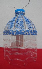 Luminária azul (Ione logullo(www.brechodeideias.com)) Tags: pet flores sol riodejaneiro rosas garrafa abajur lampada ventilador tecido luminária juta chitão