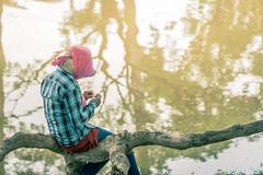 Pensando sobre los reflejos (Udri) Tags: woman girl hat rio reflections river mujer asia cambodia chica thinking reflejo sombrero siemreap reflexion pensando camboya accesorios