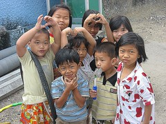 children making hearts (the foreign photographer - ฝรั่งถ่) Tags: eight children making hearts khlong thanon portraits bangkhen bangkok thailand canon kiss