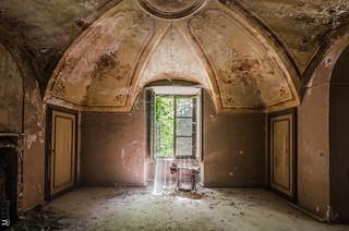 Sun exposure-castello abbandonato