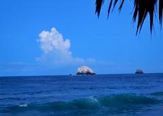 Roca blanca (Heisenberg20) Tags: ocean blue sky cloud beach nature mxico relax photography mar nikon rocks wave playa nubes roca ocano