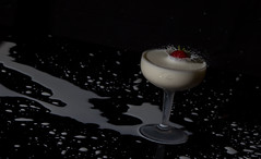 IMG_3947-4 (jet_447) Tags: waterdrop shot lait ripples splash goutte fraise highspeed collision verre cuillre ondulation dropcollision