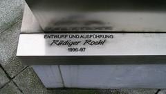1996/97 Berlin Künstlersignet am Kopf von Rüdiger Roehl Edelstahl vor BBZ-Chemie Adlergestell 333 in 12489 Adlershof (Bergfels) Tags: skulpturenführer bergfels 199697 1996 1990er 20jh nach1989 berlin kopf rüdigerroehl rroehl roehl edelstahl adlergestell 12489 adlershof beschriftet skulptur plastik künstlersignet