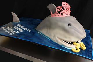 Shark tiara cake med