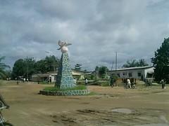 """Monument devant l'assemblée provinciale de Kisangani • <a style=""""font-size:0.8em;"""" href=""""http://www.flickr.com/photos/62781643@N08/14810227548/"""" target=""""_blank"""">View on Flickr</a>"""
