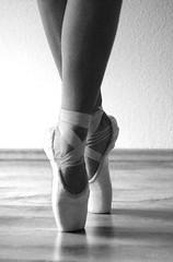(Laujola_) Tags: light bw dance ballerina legs