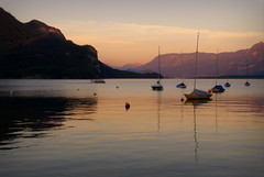 Twilight at Wolfgangsee (Austria) (armxesde) Tags: sunset lake mountains alps reflection water boats austria see österreich twilight sonnenuntergang purple pentax auburn alpen masts spiegelung wolfgangsee k5 sanktgilgen