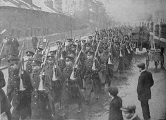 H003983W  5th (Cinque Ports) Reserve Battalion Royal Sussex Regiment returning to their HQ in Middle Street, Hastings. (East Sussex Libraries Historical Photos) Tags: house architecture uniform terrace rifle soldiers hastings ww1 cart troops middlestreet cinqueports royalsussexregiment pictorialadvertiser 5thcinqueportsreservebattalion