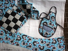 kit cozinha (Carla Cordeiro) Tags: galinha pb patchwork avental potholder panodeprato luvadecozinha