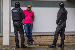2014-07-08 Drogenrazzia in Dulsberger Sportbars (Michael Arning / Blickpunkt-Hamburg) Tags: news deutschland photography photo europa fotograf fotografie photographer lka hamburg police polizei bfe journalism journalist drogen kriminalpolizei razzia durchsuchung droge verbrechen landeskriminalamt dulsberg rauschgift rauschmittel spezialeinheit kriminalitaet beweissicherungsundfestnahmeeinheit camera:make=canon exif:make=canon bildjournalismus polizeireporter drogenkriminalitaet drogenrazzia camera:model=canoneos1dmarkiv exif:model=canoneos1dmarkiv exif:lens=ef70200mmf28lisiiusm exif:aperture=63 bildjournalisthamburg exif:isospeed=500 exif:focallength=123mm geo:location=hamburg tilsiterstrasse